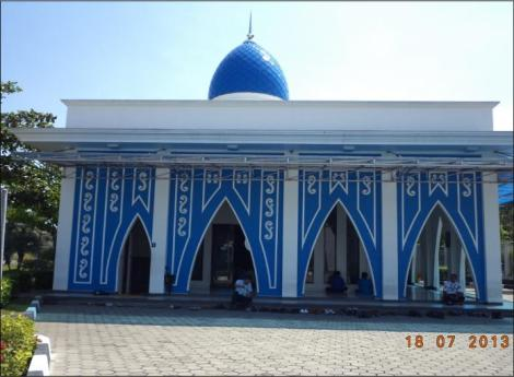 Masjid yang megah yang didominasi warna biru langit, yang merupakan warna khas produk PT. Amerta Indah Otsuka